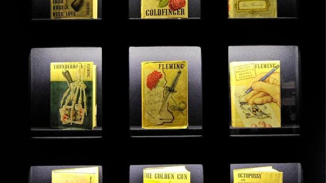 In einer Ausstellung in London werden alte Ausgaben von Bond-Romanen gezeigt.