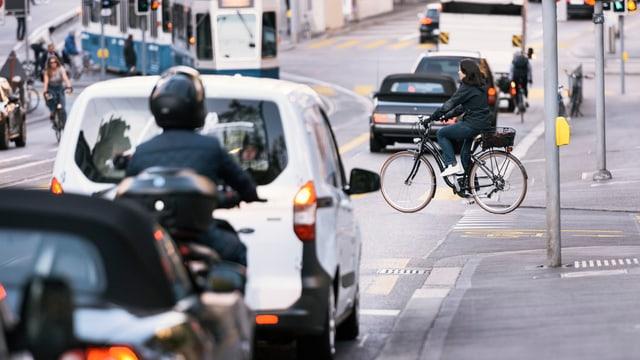 traffic en la citad, da vesair autos, velos ed in töf