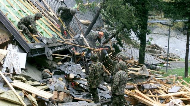 Soldaten bei Aufräumarbeiten in Gondo (VS).