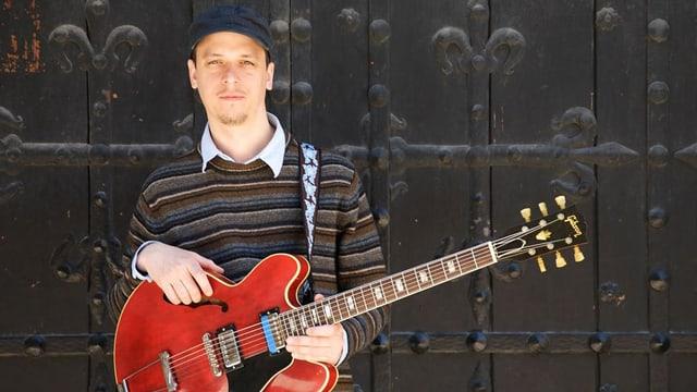 Kurt Rosenwinkel und eine rote Gitarre.