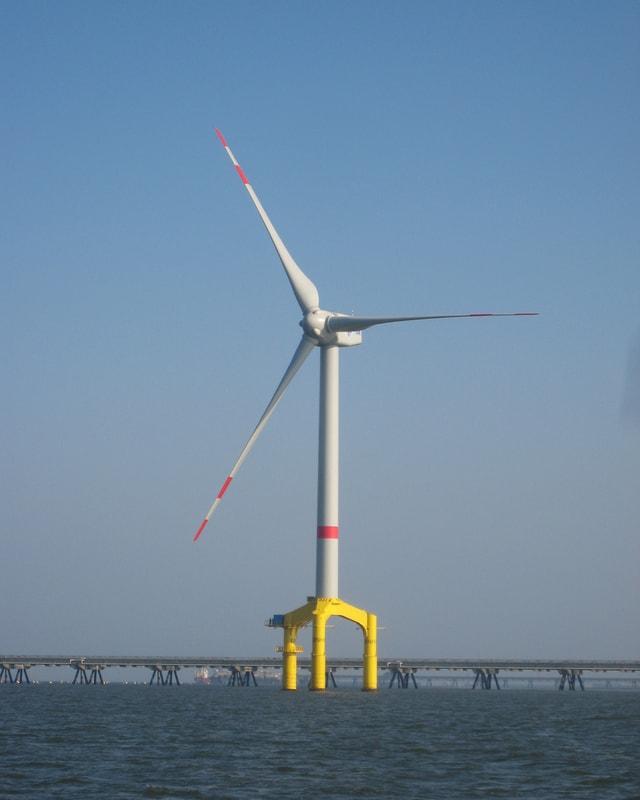 Eine Windkraft-Anlage im Meer.