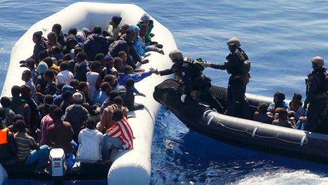 Ein Boot der EU-Mission «Sophia» bei der Rettung eines überladenen Flüchtlingsboots.