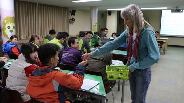 Gail Laule als Lehrerin in einer Schulklasse
