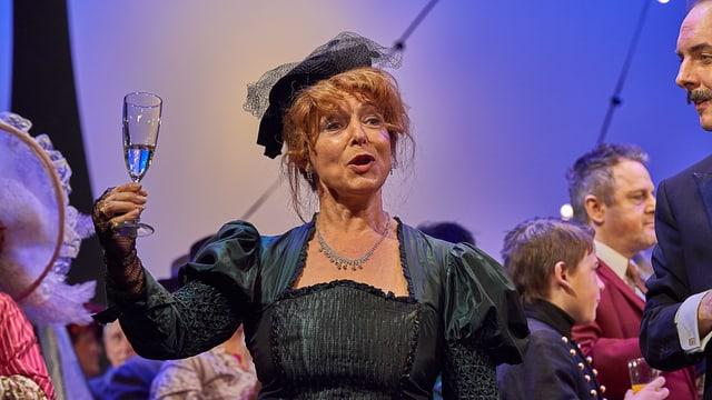 In der Operette «La vie Parisienne» verköpert Sopranistin Hilda Joos die Baronin.