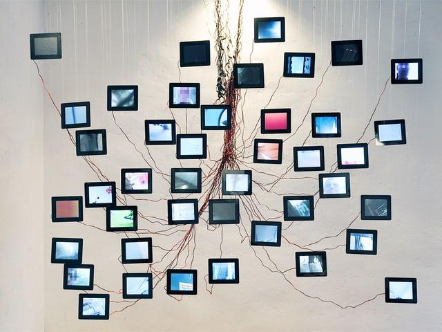 In der Luft hängende Bildschirme, deren Kabel sich miteinander verbinden.