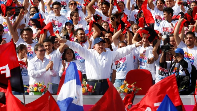 Ortega lässt sich von der Menge feiern
