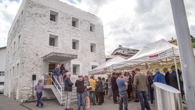 Las persunas che han visità la vernissascha en la Chasa melna.
