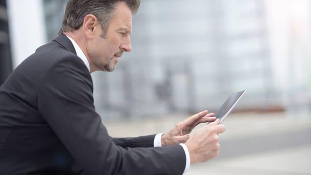 Bild eines Manns in Anzug mit Ipad