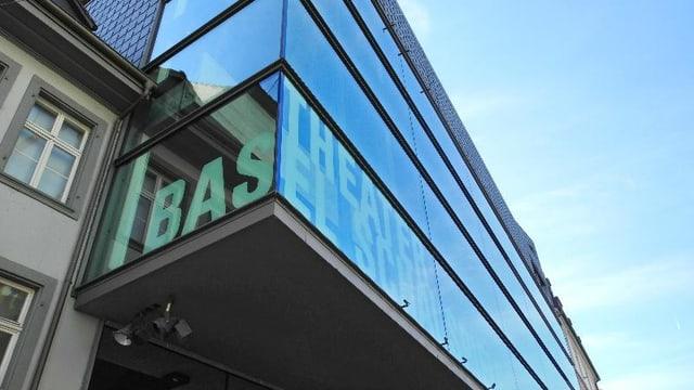 Fassade Schauspielhaus mit Schriftzug Theater Basel.