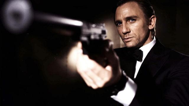 Daniel Craig als James Bond mit Pistole in der Hand.