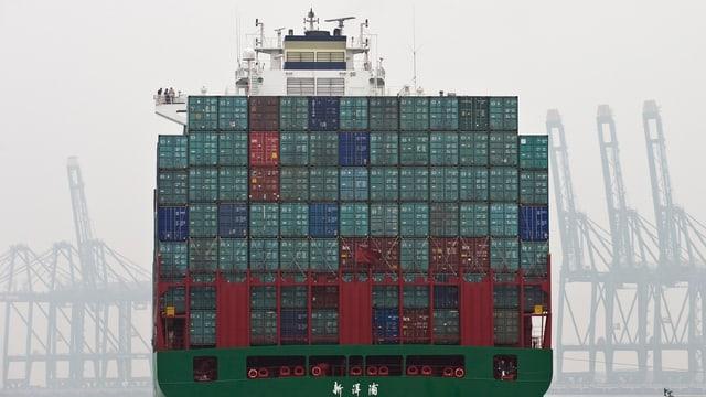 Ein Containerschiff verlässt den Tianjin Hafen in China.