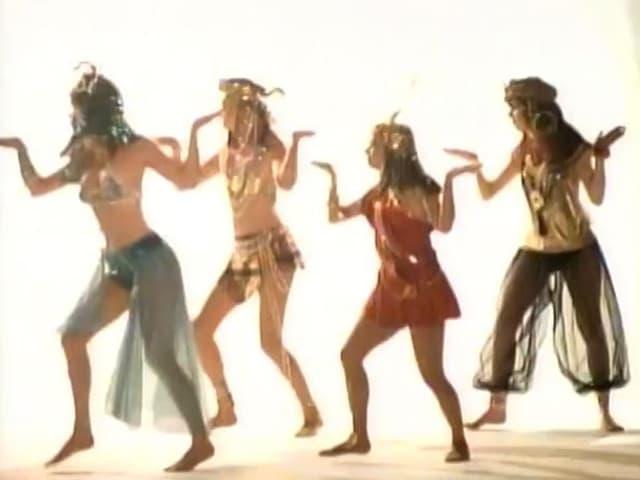 Vier Frauen als Figuren aus dem alten Ägypten verkleidet.