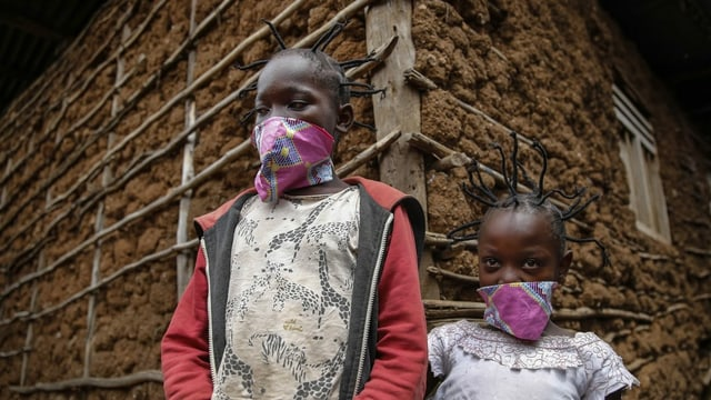 Zwei afrikanische Kinder mit Corona-Frisur.