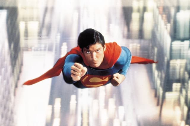 Auf dem Bild ist der fliegende Christopher Reeve als Superman zu sehen.