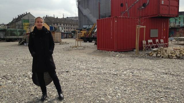 Katja Reichenstein steht auf dem Hafenareal.