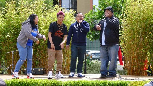 Eine Gruppe von jungen Philippinos singt am Barriofest.
