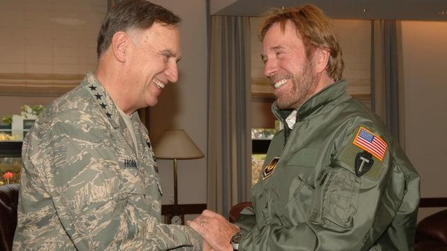 Männer in Uniform geben sich die Hand.