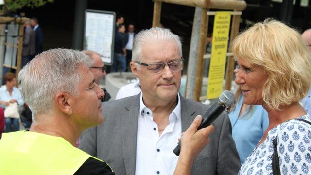 Roland Kuster und Susanne Voser sprechen in ein Mikrofon