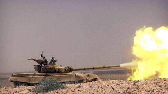 Kämpfer des Islamischen Staats feuern bei Palmyra aus einem Panzer.