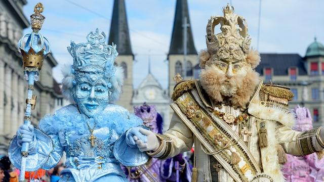 Zwei Maskierte an der Luzerner Fasnacht