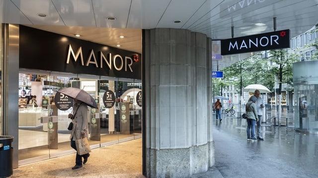 Der Manor-Eingang an der Bahnhofstrasse.