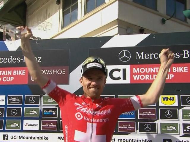 Mathias Flückiger bekam nach dem letzten Saisonrennen die Trophäe des Gesamtsiegers überreicht.