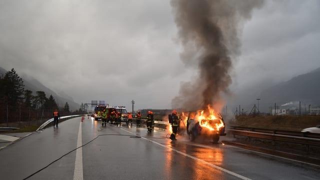 Ein Fahrzeugbrand auf der A13.