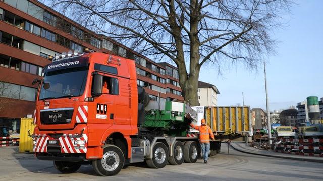 Eine Rotbuche wurde auf einen Lastwagen verladen.