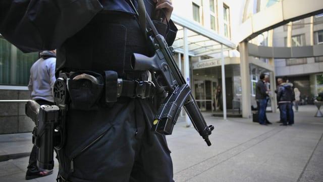 Polizist cun arma automatica.