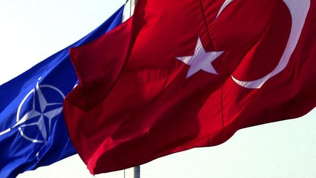 Flaggen von Nato und Türkei.