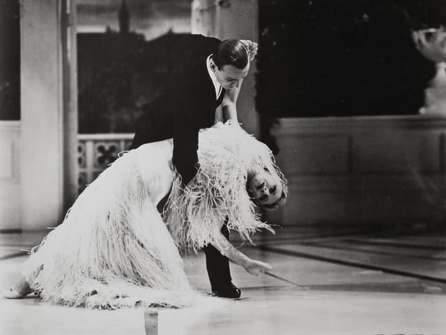 Fred Astaire und Ginger Roger in einer spektakulären Tanzpose.
