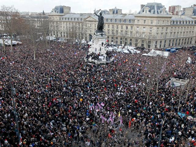 Eine riesige Menschenversammlung auf dem «Place de la Republique»