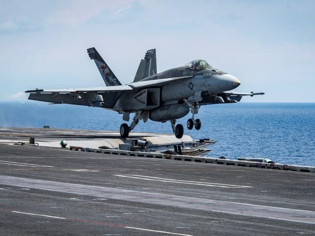 Eine Super Hornet bei der Landung.