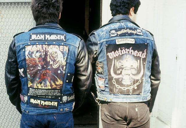 Zwei Heavy Metal Fans von hinten mit Iron Maiden und Motörhead Design auf dem Rücken der Lederjacken.