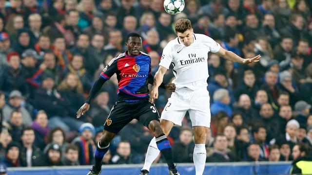 FCB-Verteidiger Adama Traore verliert den Luftkampf gegen Thomas Meunier von Paris St Germain.