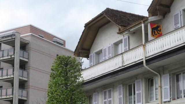 Eine Berner Fahne auf dem Balkon eines Hauses in Moutier