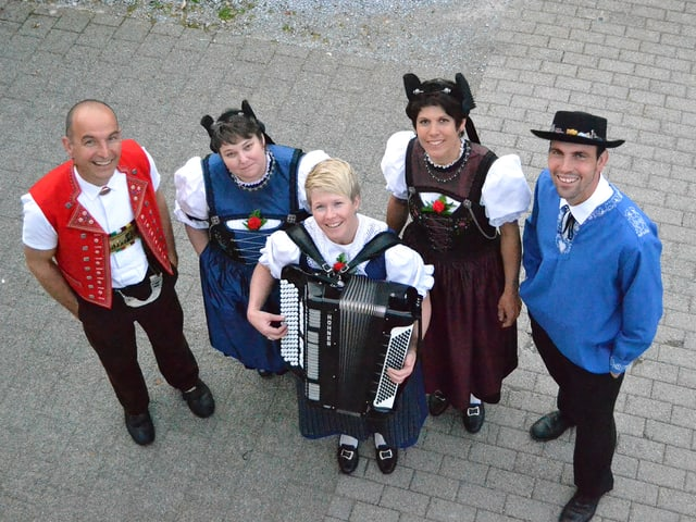 Eine Jodelformation mit zwei Sängerinnen und zwei Sängern sowie eine Akkordeonspielerin.