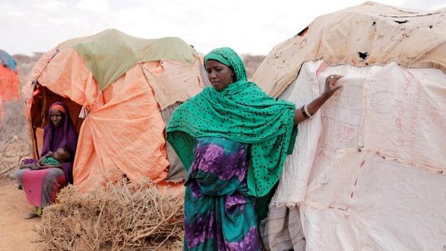 Eine schwangere Frau vor ihrer Notunterkunft im Nordwesten Somalilands.