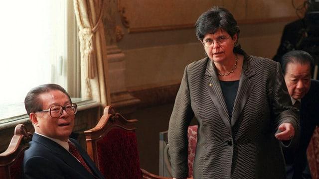 Chinas Staatspräsident (links) und Bundespräsidentin Ruth Dreifuss in der Wandelhalle.