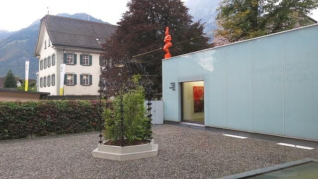 Zwei Kunstwerke im Freien vor dem Haus für Kunst.