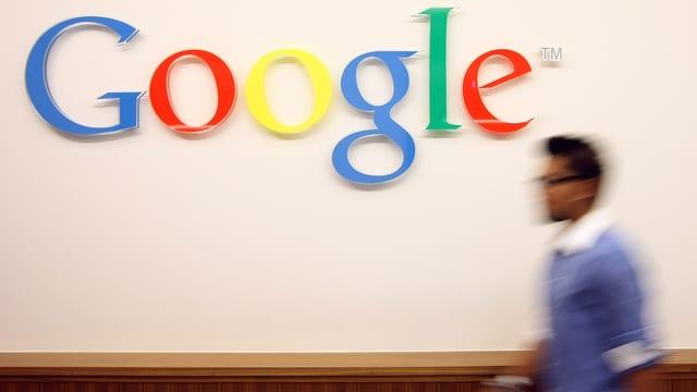 Ein Mann vor dem Google-Logo.