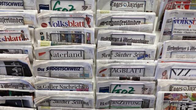 Ein Zeitungsständer mit mehreren Schweizer Zeitungstitel.