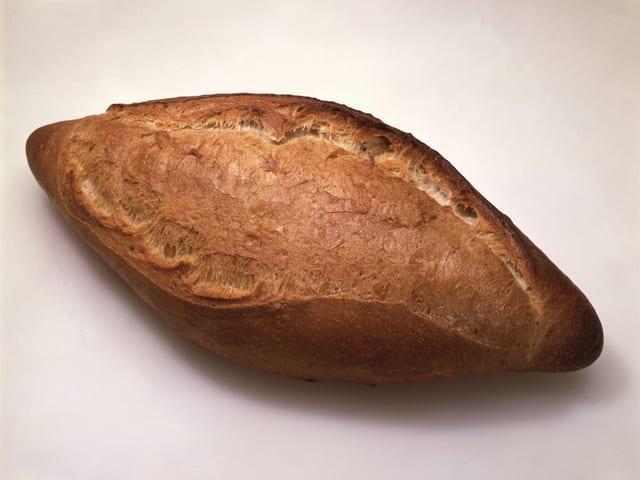 Ein Laib dunkles Brot.
