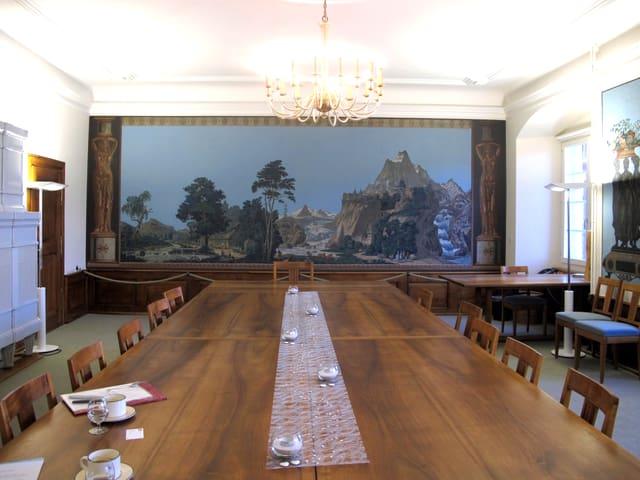 Grosser Saal mit Kronleuchter.