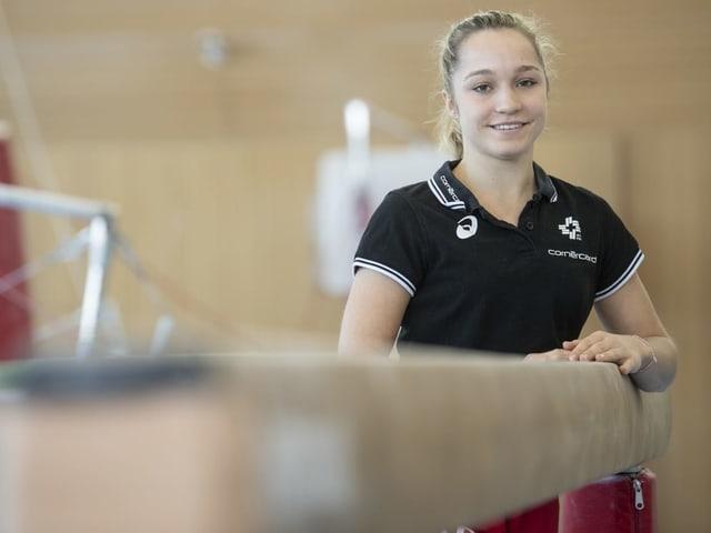 Stefanie Siegenthaler steht neben dem Schwebebalken.