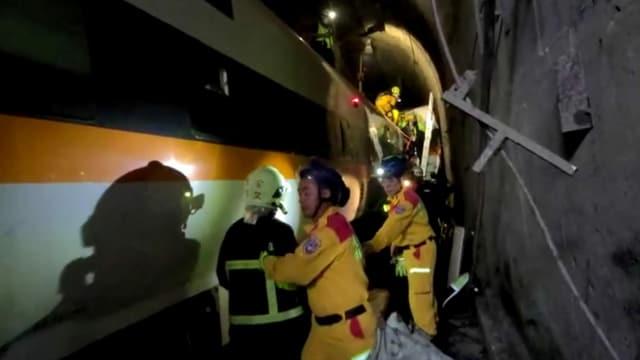 Zu sehen Rettungskräfte in einem Tunnel.