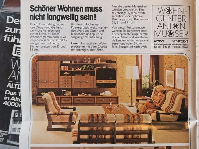 Ein Ausschnitt aus einem alten Möbelprospekt mit einer beige-braunen Polstergruppe