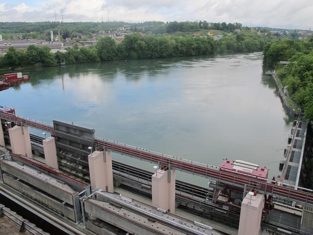 Das Wasserkraftwerk mit Sicht auf den Rhein