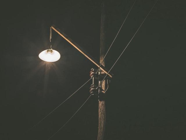 Eine Strassenbeleuchtung in der Nacht