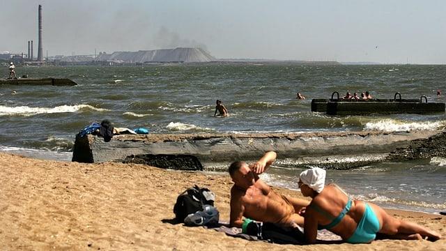 Leute am Strand von Mariupol.